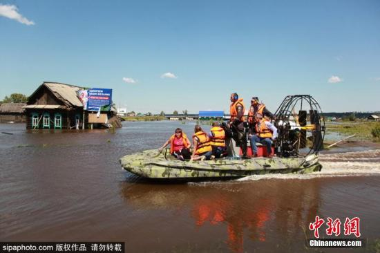 因连日暴雨俄罗斯伊尔库茨克州近日发生洪灾,造成数千栋民房被淹,部分道路交通中断。6月28日,伊尔库茨克州多个地区宣布进入紧急状态。7月1日,据俄罗斯伊尔库茨克州紧急情况部门消息,洪灾已经造成14人死亡,另有13人失踪。另据俄塔斯社报道,该州有约1,300人因洪灾接受医疗救助,153人因伤入院治疗。图为当地动用气垫船救援受困民众。图片来源:Sipaphoto 版权作品 禁止转载