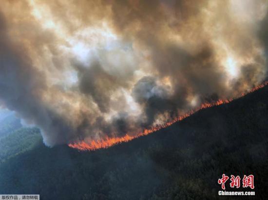 近日,美国阿拉斯加州Delta Junction以西爆发野火。据报道,美国阿拉斯加州正在经受热浪煎熬,许多地区数日来出现破纪录的高温,爆发的野火导致全州首次发布浓烟警告。