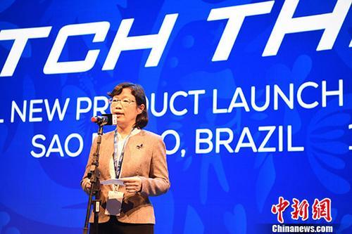 当地时间7月1日,2019年美洲杯足球赛正在巴西如火如荼举行,作为该赛事的官方赞助商,中国企业TCL在巴西圣保罗举行新品发布会,提速全球化布局。 当天,TCL发布融入最新智能科技的多款新品,包括TCL X10S电视、T-SMART系列空调、TCL C9+手机等,受到巴西和南美消费者的青睐。图为中国驻圣保罗总领事陈佩洁出席发布会并致辞。/p中新社记者 莫成雄 摄