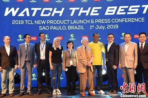 当地时间7月1日,2019年美洲杯足球赛正在巴西如火如荼举行,作为该赛事的官方赞助商,中国企业TCL在巴西圣保罗举行新品发布会,提速全球化布局。 当天,TCL发布融入最新智能科技的多款新品,包括TCL X10S电视、T-SMART系列空调、TCL C9+手机等,受到巴西和南美消费者的青睐。图为与会嘉宾合影。/p中新社记者 莫成雄 摄