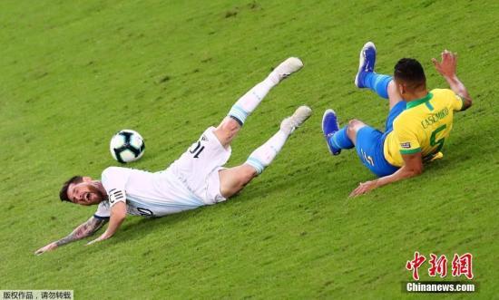 """当地时间7月2日,美洲杯半决赛,巴西与阿根廷之间的""""南美德比""""在巴西贝洛奥里藏特市米内罗球场打响。凭借热苏斯、菲尔米诺的进球,巴西2:0战胜阿根廷闯进决赛,同时保持了对死敌的连续七场不败。巴西决赛中将迎战秘鲁与智利的胜者。而此战过后,阿根廷队连续26年无缘大赛冠军的魔咒仍在继续。图为阿根廷球员梅西在比赛中。"""