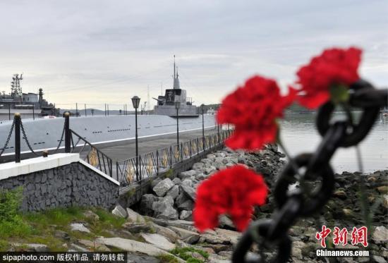 材料图@员天工夫7月2日,俄罗斯塞维罗摩我斯克港,公众献花吊唁正在深海潜火器火警变乱中阵亡的14名水师职员。图片滥觞:Sipaphoto版权做品 制止转载