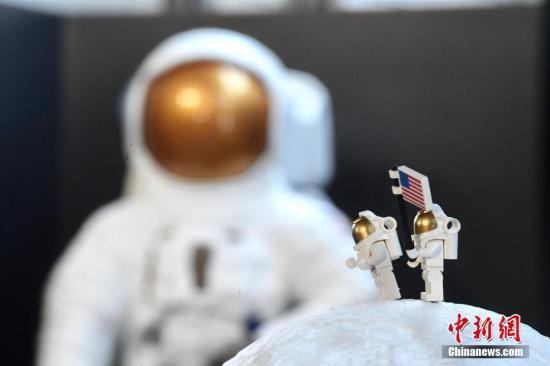 """7月3日,由香港康乐及文化事务署主办的""""登月五十年""""专题展览由即日起于香港太空馆大堂举行,展出人类首次登月的相片、录像节目、模型和互动展品等,介绍月球的科学知识,并与市民一起回顾人类探索月球的艰巨历程。为庆祝人类登月五十周年,展览特别介绍首次把人类带到月球的火箭、太空船和太空衣等模型、探月飞行路线和月球陨石,重温登陆月球的历史性壮举。图为阿波罗11号太空衣与太空人登月模型。<a target='_blank' href='http://www.chinanews.com/'>中新社</a>记者 李志华 摄"""