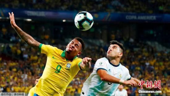 """当地时间7月2日,美洲杯半决赛,巴西与阿根廷之间的""""南美德比""""在巴西贝洛奥里藏特市米内罗球场打响。凭借热苏斯、菲尔米诺的进球,巴西2:0战胜阿根廷闯进决赛,同时保持了对死敌的连续七场不败。巴西决赛中将迎战秘鲁与智利的胜者。而此战过后,阿根廷队连续26年无缘大赛冠军的魔咒仍在继续。图为巴西队员热苏斯在比赛中争抢头球。"""