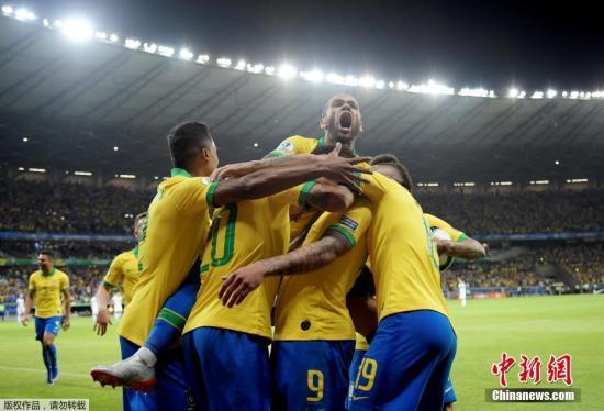 资料图为巴西球员庆祝进球。