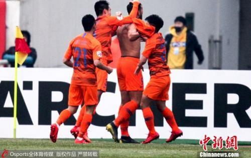 材料图:鲁能球员正在角逐中庆贺进球。 图片滥觞:Osports部分育图片社