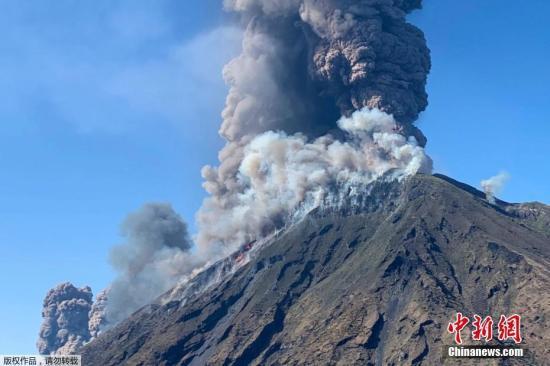 俄一火山喷发2500米高火山灰 居民生活未受威胁