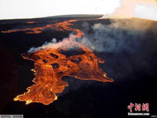 """全球最大活火山毛納羅亞似乎不會立即噴發,地殼運動增加,代表火山底下的""""淺層巖漿儲存系統""""出現移動。毛納羅亞占夏威夷大島(Big Island)一半以上,海拔4169米,上次噴發發生在1984年的3月至4月,巖漿竄流達8.05公里。圖為美國地質調查局提供的這張1984年3月25日夏威夷島上的毛納羅亞火山噴發的照片。"""
