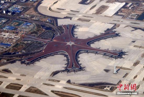 资料图:从空中俯瞰,大兴机场特色航站楼与跑道工程气势宏伟、壮观。中新社记者 孙自法 摄