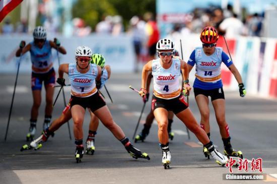 滑轮与越野滑雪的技术相似度达到95%以上,是专业队夏训的重要形式。资料图为北京滑轮世界杯。 中新社记者 富田 摄