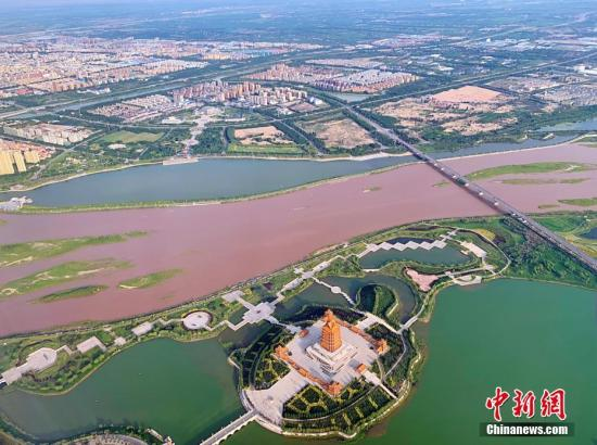 """宁夏引黄古灌区是中国历史最悠久、规模最大的灌区之一,至今已有两千多年的历史,造就了宁夏平原丰富而独特的农田生态系统,成为中国西部重要的生态屏障。图为7月4日,航拍""""塞上江南""""。中新社记者 于晶 摄"""