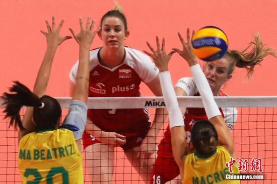 7月4日下午,2019世界女排联赛总决赛继续在南京进行,在B组的较量中,巴西女排(黄衣)3比2战胜波兰女排(红衣)。中新社记者 泱波 摄