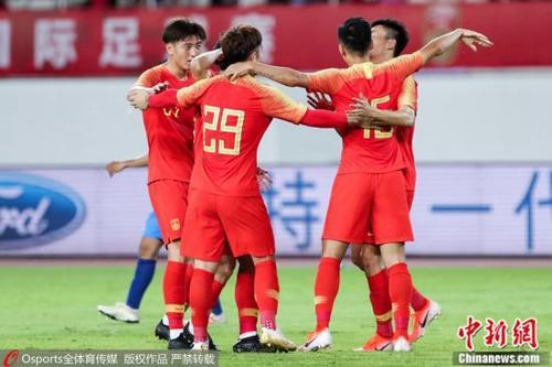 资料图:中国男足在热身赛中庆祝进球。 图片来源:Osports全体育图片社