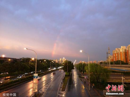 7月5日,北齐市范畴出雨气候,薄暮更是呈现了单彩虹战朝霞等好景。图乡突现长久单彩虹。安坐琨 摄 图片滥觞:视觉止您
