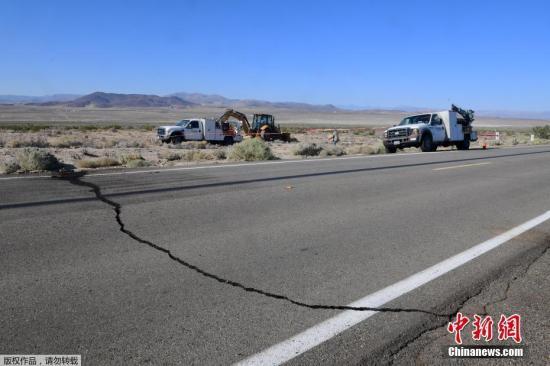 当地时间7月4日,美国南加州科恩郡里奇克莱斯特附近发生里氏6.4级地震后,178号公路上出现裂缝。