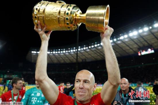 在罗本、里贝里、胡梅尔斯等老将离队之后,更新换代中的拜仁将在新赛季面临巨大困难。资料图为罗本举起德国杯冠军奖杯。