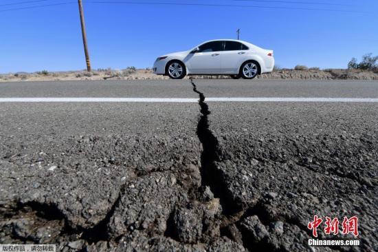 本地工夫7月4日,好国北减州科恩郡里偶渴攀莱斯远发作里氏6.4级后,178号公路上呈现裂痕。图汽车式椠裂痕。