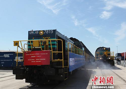 今年上半年新疆霍尔果斯口岸进出境中欧班列近1500列