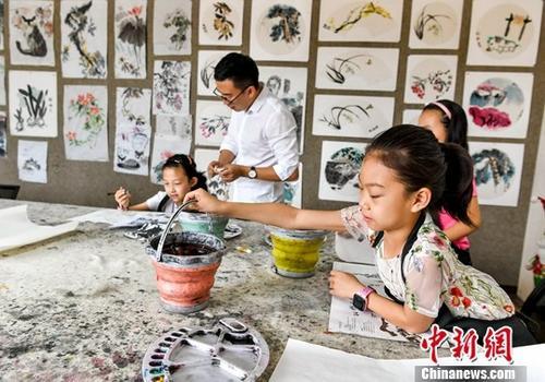 7月5日,新疆乌鲁木齐,一家培训机构的暑期国画班里,孩子们正在做绘画前的准备工作。暑期来临,不少家长将放暑假的孩子们送进各类培训班,利用假期时间拓宽孩子知识面等。<a target='_blank' href='http://www.chinanews.com/'>中新社</a>记者 刘新 摄