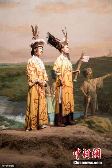 良渚先民的服装以麻织物为主,很可能已经使用苎麻作为衣料,像国王和贵族甚至还使用丝绸(科技手段发现)。图为良渚博物馆内展示的用高科技手段复原的当时服装。郭辉 摄 图片来源:视觉中国