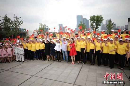 图杭州钱塘江边的良渚古乡曳史申遗胜利庆贺举动。圆建飞 摄