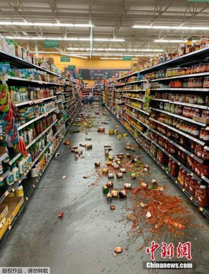 当地时间7月5日,当地时间7月5日,美国加利福尼亚州中部附近(北纬35.86度,西经117.50度)发生6.9级左右地震。加州一家超市货架上的物品洒落一地。