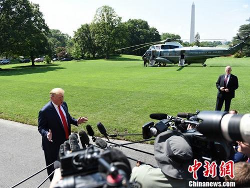 当地时间7月5日,美国劳工部发布数据称,美国6月非农部门新增就业岗位22.4万个。图为美国总统特朗普当天在白宫向记者谈及就业数据。/p中新社记者 陈孟统 摄