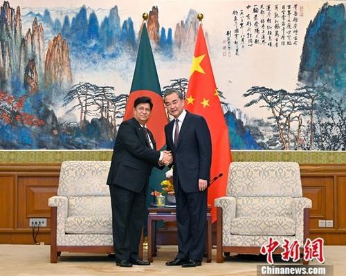 7月5日,中国国务委员兼外交部长王毅(右)在北京会见孟加拉国外长莫门。<a target='_blank' href='http://www-chinanews-com.espreenet.net/'>中新社</a>记者 侯宇 摄