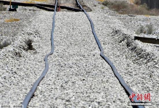 美国加利福尼亚州特罗纳市附近的铁轨因地震而弯曲。