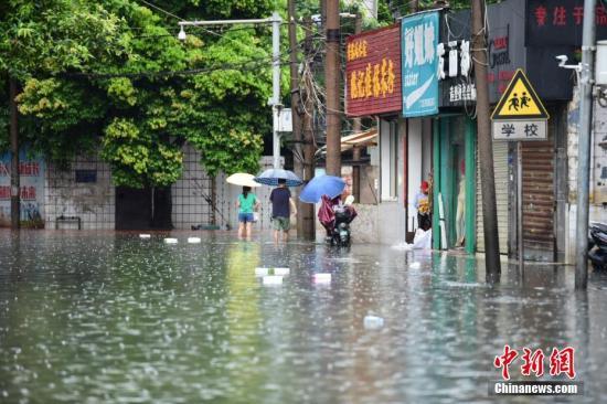 广西柳州遭暴雨袭城,多路段积水严重。王以照 摄