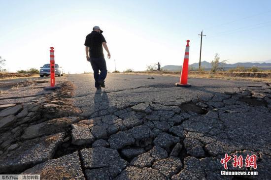 资料图:当地时间7月4日和5日,美国加州南部发生地震。这次强震震中位于里奇莱斯特附近的莫哈韦沙漠。地震震源较浅,整个地区都有震感,包括洛杉矶和拉斯维加斯。附近圣贝纳迪诺县官员报告说,地震造成房屋移位,地基开裂,挡土墙倒塌。