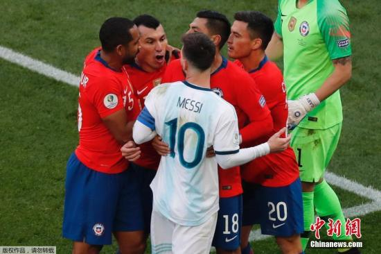 资料图:美洲杯季军赛梅西吃红牌 理由为有侮辱性言论或动作。