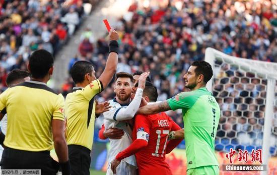 当地时间7月6日,美洲杯进行三四名决赛,阿根廷2-1战胜智利获得季军。梅西在第37分钟和对方梅德尔爆发冲突,二人被双双红牌罚下场。