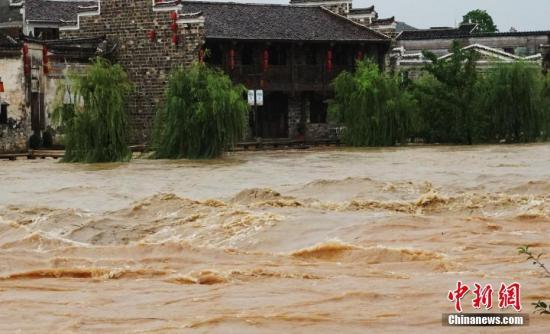 7月7日,果城雨,江西省抚州市黎川县巨细河道暴跌,该县主讲黎滩河火位靠近汗青最下火位,位于黎滩河岸边的明浑古乡部门老搅寇淹。吴维目 摄