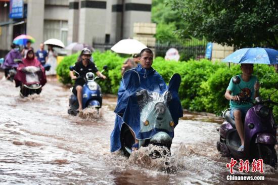 广西柳州遭暴雨。王以照 摄