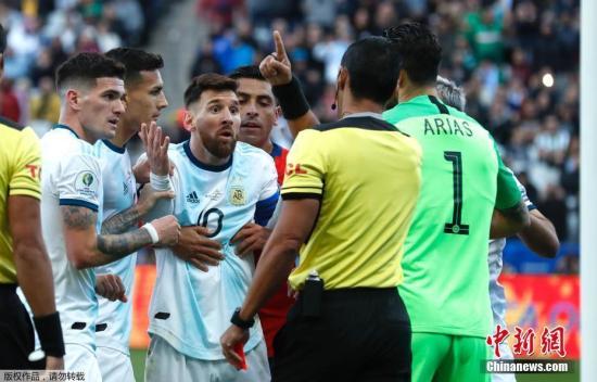 好洲杯3、四名决赛中,梅西吃到一张白牌被奖进场中。