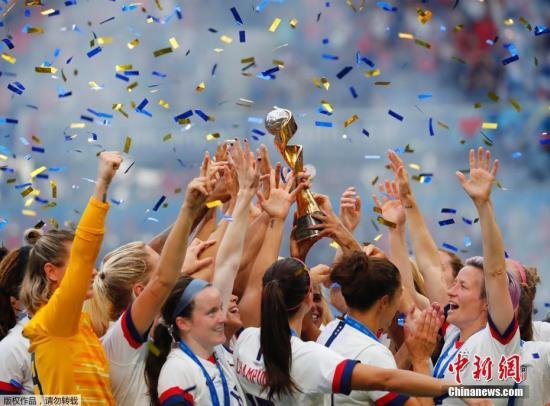 本地工夫7月7日,2019法国足天下杯7日正在里昂降下帷幕,好国队2:0击败荷,第四次捧起杯赛冠军。