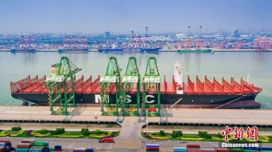 """资料图:7月8日,世界载箱量最大的集装箱船舶""""地中海古尔松""""轮在天津港首航。中新社发 钟欣 摄"""