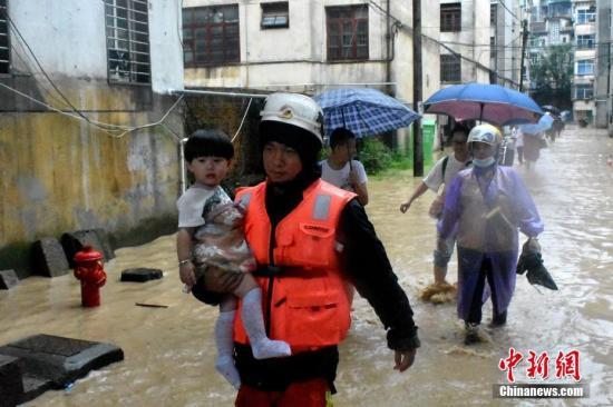 7月7日,受连日来强降雨影响,福建省三明市泰宁县县城出现严重内涝,当地消防救援部门迅速组织救援力量,安全转移受困群众百余人。中新社发 三明消防 供图
