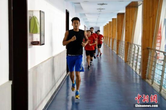 7月8日,徐嘉余与队友们一起跑步热身。当日,国家游泳队在国家体育总局游泳训练馆举行公开训练课。中新社记者 韩海丹 摄