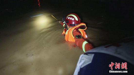 受地面槽、低涡切变战热氛围配合影响,7月7日早,广东北宁遭受强降雨打击,乡区内涝严峻。自7月7日早20时起至7月8日正午12时,北宁市消防收队出动消防撤司18辆(次)、救火员88人(次),挽救被困职员46人。果应对实时,本次灾情并已形成职员墒睁。覃森 摄