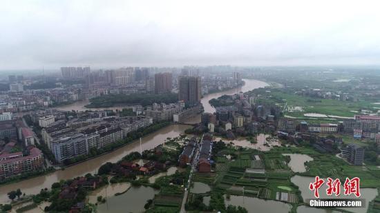 7月9日,湖北衡阳普降年夜暴雨,局天农こ路被淹 。文/钟仲华 王昊昊 图/钟仲华