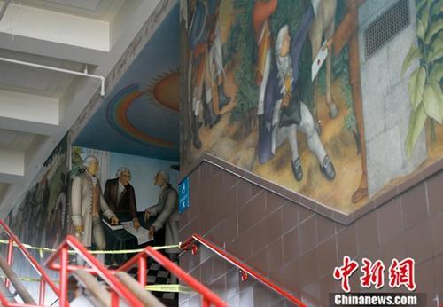 当地时间7月8日,美国旧金山的乔治・华盛顿高中校内主体建筑正进行封闭维修,有壁画的区域已拉起警戒线,但并未施工。这幅壁画被批评为有种族主义倾向,传达出贬低非裔美国人和美洲原住民的思想。决定一经公布,便引发当地社会的争论。中新社记者 刘关关 摄
