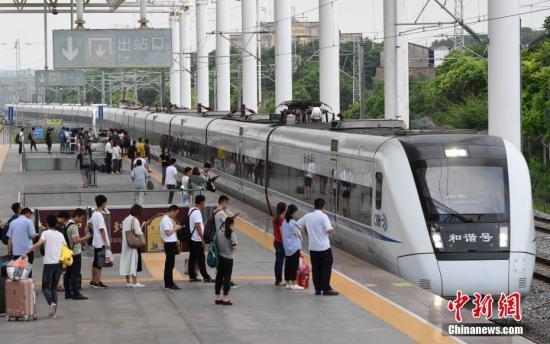 资料图:一列动车组列车入站。中新社记者 张斌 摄