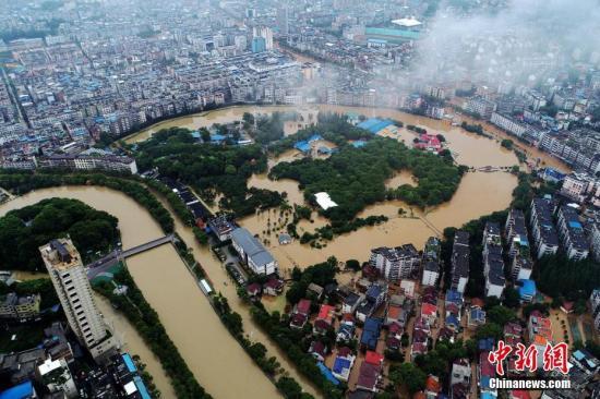 """资料图:7月9日,无人机航拍下的江西萍乡城区,地势较低的马路变成一条条""""水路""""。<a target='_blank' href='http://www.chinanews.com/'>中新社</a>发 胡典 摄"""