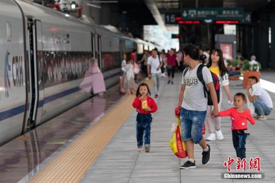 资料图:旅客搭乘高铁。中新社记者 贺俊怡 摄