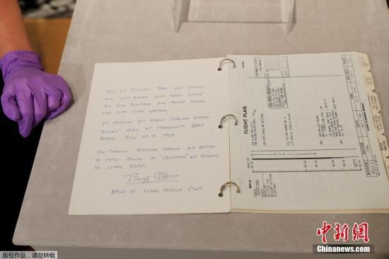 """7月10日,美国纽约佳士得拍卖行举行""""阿波罗11号""""登月时间表媒体预展。"""