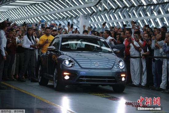 """当地时间2019年7月10日,墨西哥普埃布拉,全球汽车界的目光聚焦在偏远的墨西哥普埃布拉州。在这里的大众汽车工厂车间,正在举行一个气氛热烈的仪式。与以往不同,这天的仪式不是为了庆祝新车下线,而是为了向一个经典的品牌道别:随着最后一辆甲壳虫汽车开下生产线,这个陪伴了全球几代人记忆的经典品牌彻底成为了历史。 大众汽车北美CEO科特基奥说道,""""很难想象没有了甲壳虫的大众品牌,不过这一天终究还是到了。"""""""