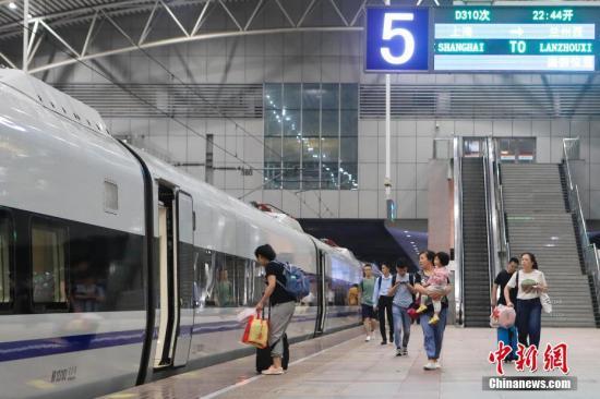 """7月10日晚22:44,长三角首开""""新丝绸之路""""概念动卧列车上海至兰州西D310次列车从铁路上海站开出,次日中午12:51抵达兰州西站,全程运行14小时07分钟,比上海至兰州的普速列车缩短近一半时间。图为旅客乘坐上海至兰州西D310次列车前往自己的目的地。<a target='_blank' href='http://www.chinanews.com/'>中新社</a>记者 殷立勤 摄"""
