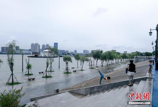 资料图:7月12日,长江武汉关水位突破25米设防水位。武汉市已于当日启动防汛应急四级响应,各项防汛准备工作就绪。中新社记者 张畅 摄